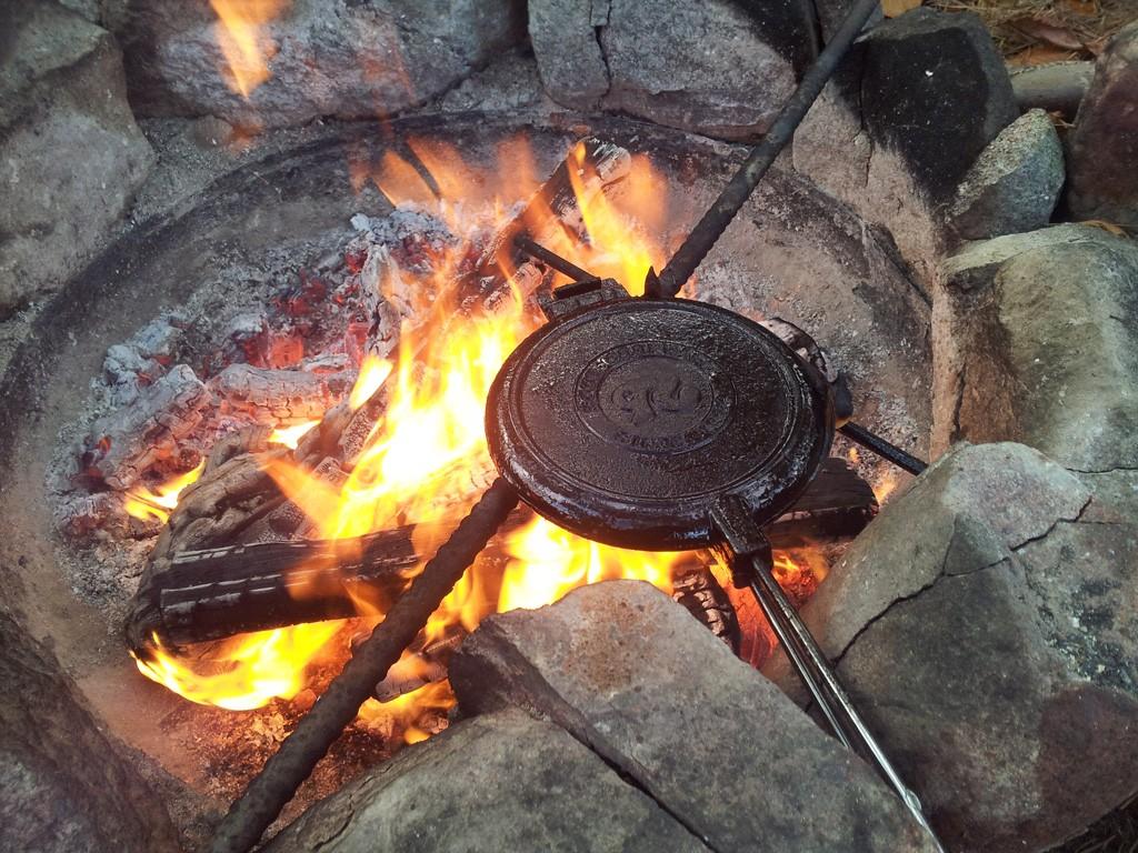 rome waffeleisen 1028 rund aus gusseisen f r feuer grill und gasherd grill shop. Black Bedroom Furniture Sets. Home Design Ideas